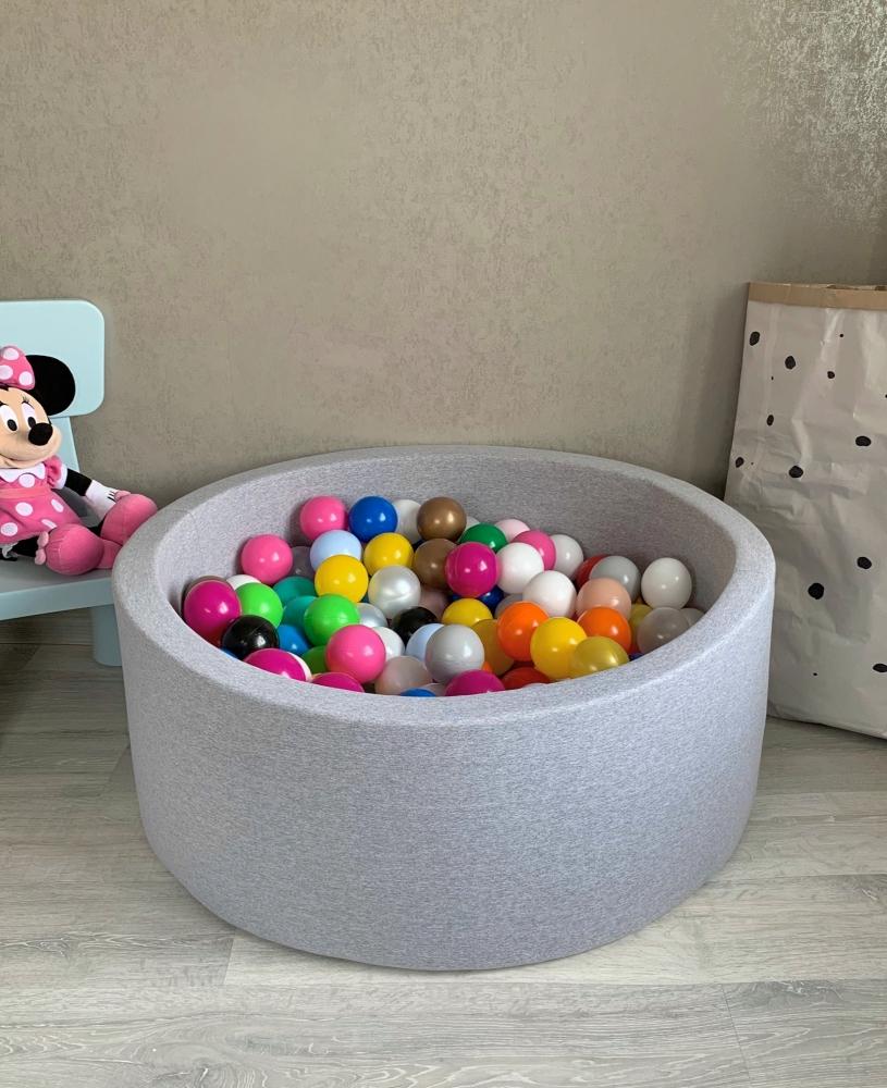 Серый сухой бассейн с шариками: разноцветные